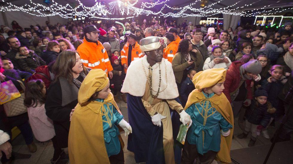 Los Reyes Magos y Papá Noel visitan la residencia de mayores de Oleiros.LA IMAGEN QUE NO SE VERÁ ESTE AÑO. No habrá concentraciones, ni recepción personal a los niños en Carballo