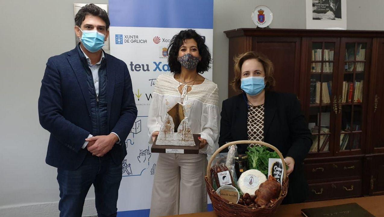 Lucía Pérez, entre el delegado de la Xunta, Javier Arias, y la alcaldesa de Triacastela, Olga Iglesias