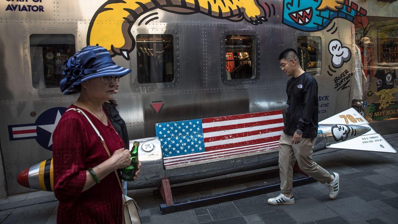 Un banco con forma de bomba y con la bandera de Estados Unidos, en una calle de Pekín