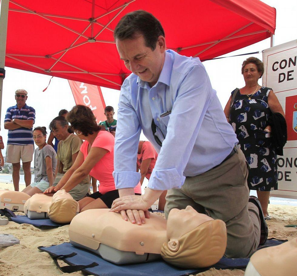 Cinco lugares en Galicia en los que entrar en contacto con los animales.El alcalde de Vigo, este verano, en un curso de reanimación en la playa de Samil.