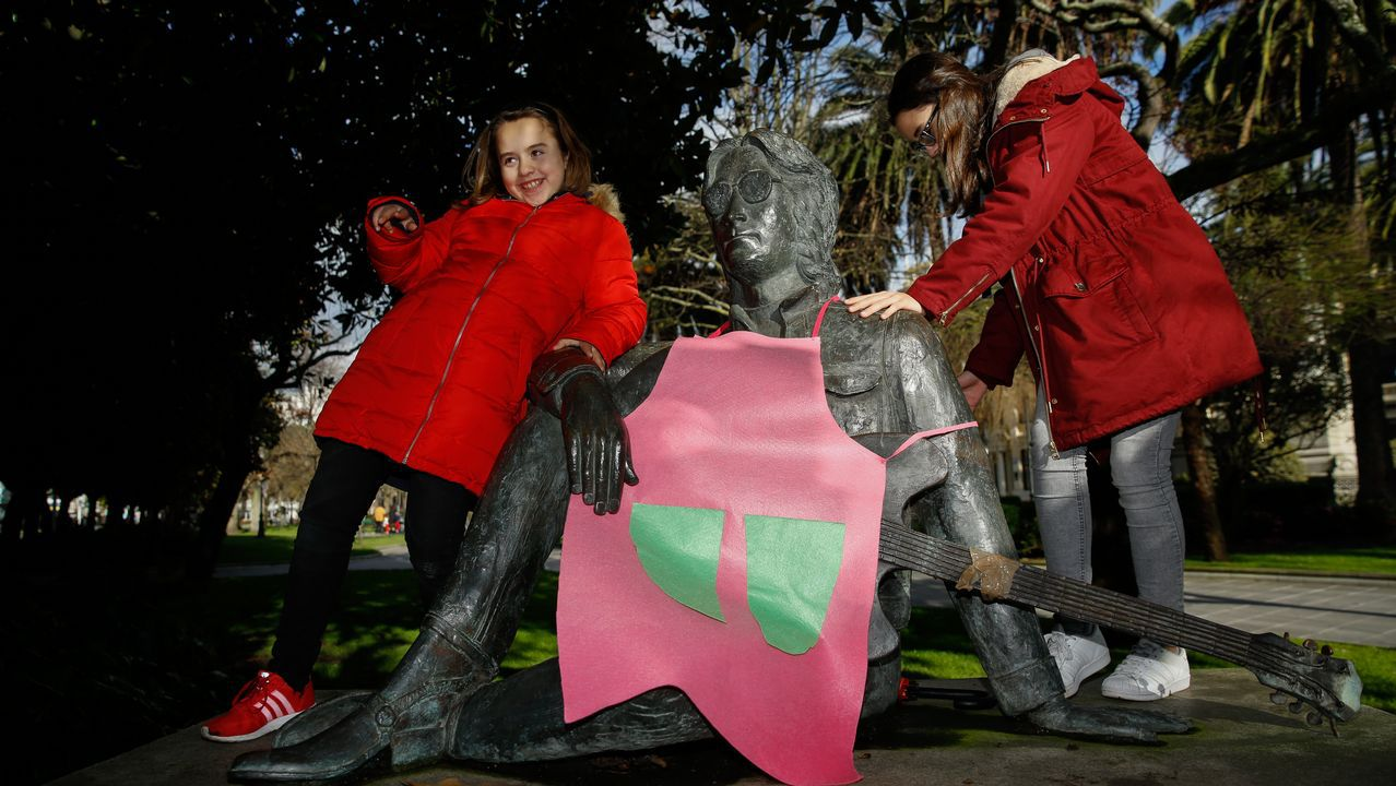 Iconos como la figura de Lennon en A Coruña aparecieron con delantales