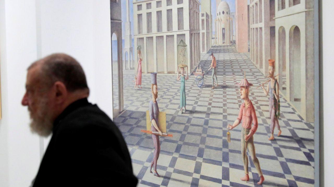 Pérez Villalta, en la exposición, en Madrid, pasando ante una de sus obras