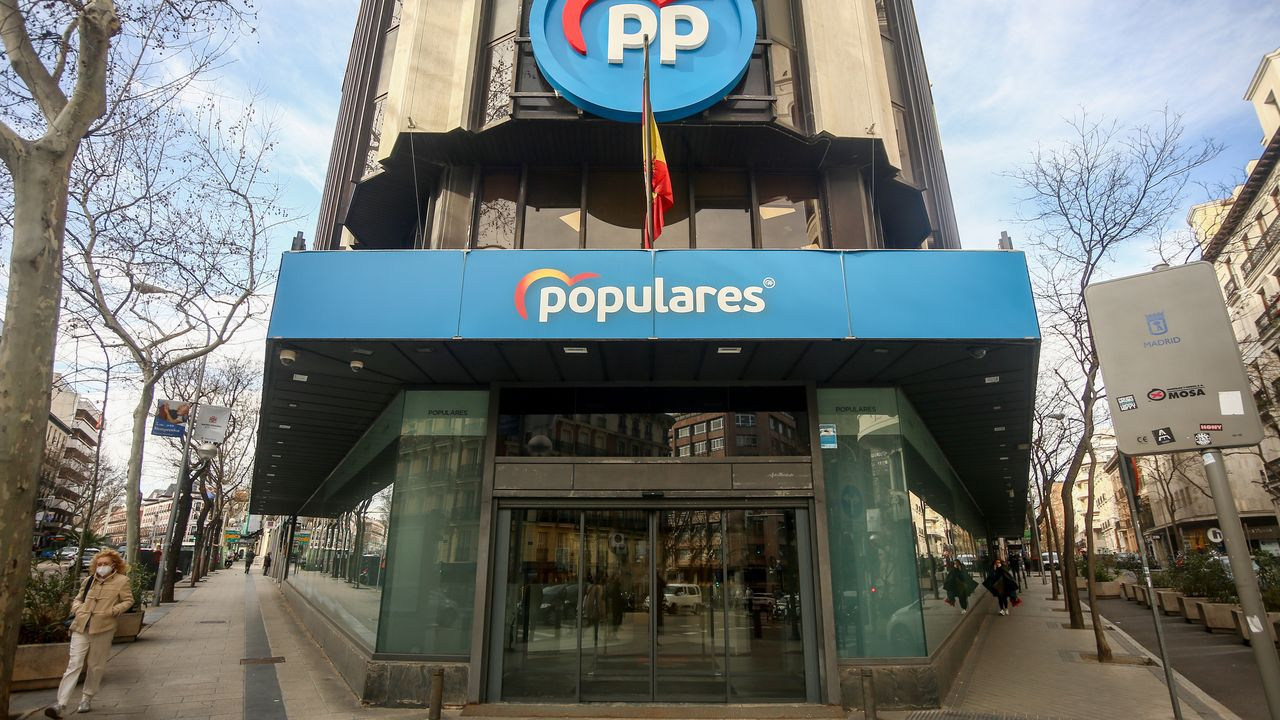 Protesta de los trabajadores de Ence.La sede nacional del PP en la calle Génova de Madrid, que el partido abandonará tras llevar instalado en ella desde el año 1982