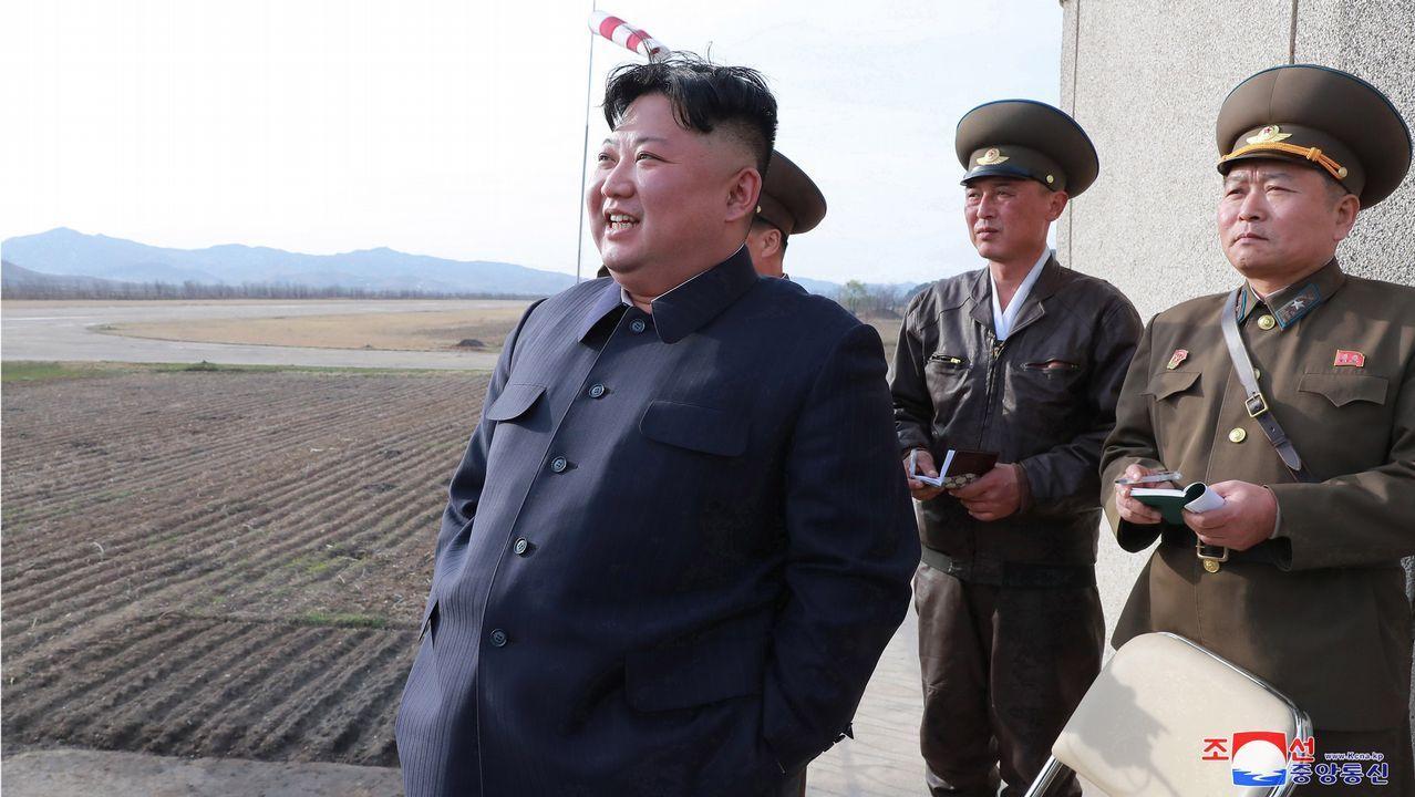 El líder norcoreano Kim Jong-un mientras supervisa un ejercicio de vuelo de pilotos de combate, este martes en Pyongyang