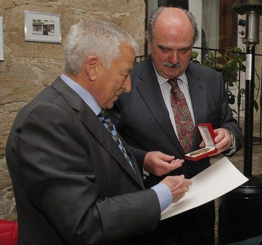La ofrenda del Antiguo Reino de Galicia en imágenes.Carrero (izquierda) recoge la medalla.