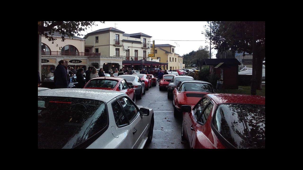 Atasco en la AP-9, en Santiago, tras una colisión entre dos vehículos.El propietario de la plaza del aparcamiento de Torreiro, junto al Alfa Romeo  okupa , vecino del Porsche  okupa