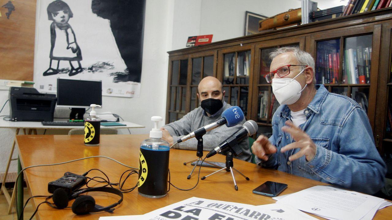 El director de la Semana Negra de Gijón, Ángel de la Calle, acompañado por el concejal de Cultura, Santos Tejón, durante la presentación de la 34 edición del festival