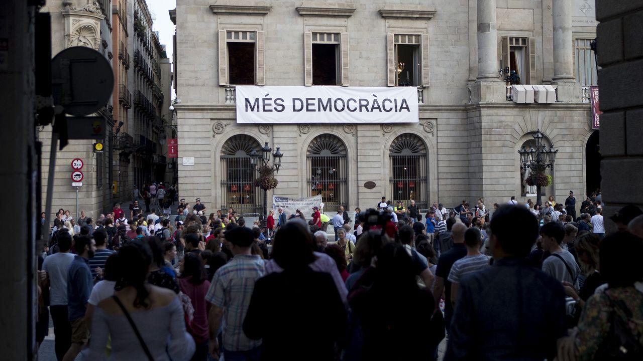 Colau cree que Rajoy debe dimitir por «cobarde» y señala que hay «mayorías alternativas» al PP.Iglesias y Puigdemont en una foto de archivo