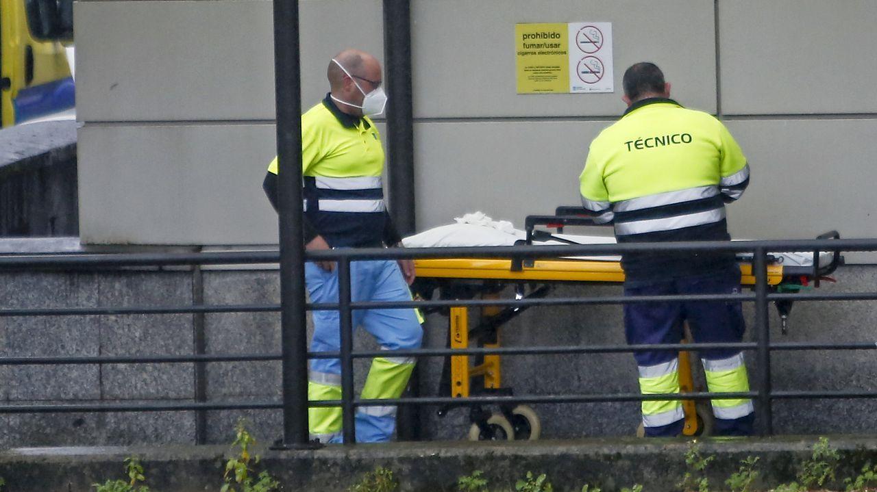 Técnicos en emergencias sanitarias, en el hospital Montecelo, en Pontevedra