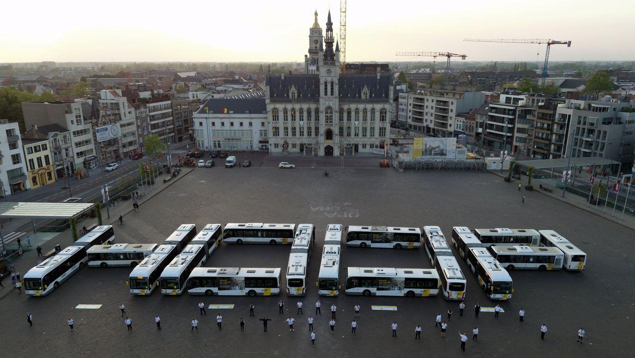 Forman la palabara esperanza -hoop, en neerlandés- ante el gran palacio de San Nicolás, en Bélgica
