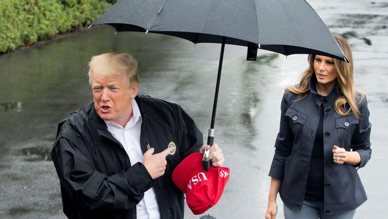 Donald y Melania Trump ya no comparten ni el paraguas.Colas en un colegio electoral de Los Ángeles