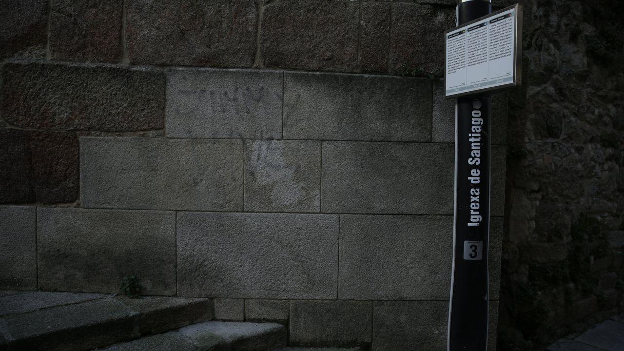 El espray llegó a la pared de la iglesia de Santiago, en A Coruña
