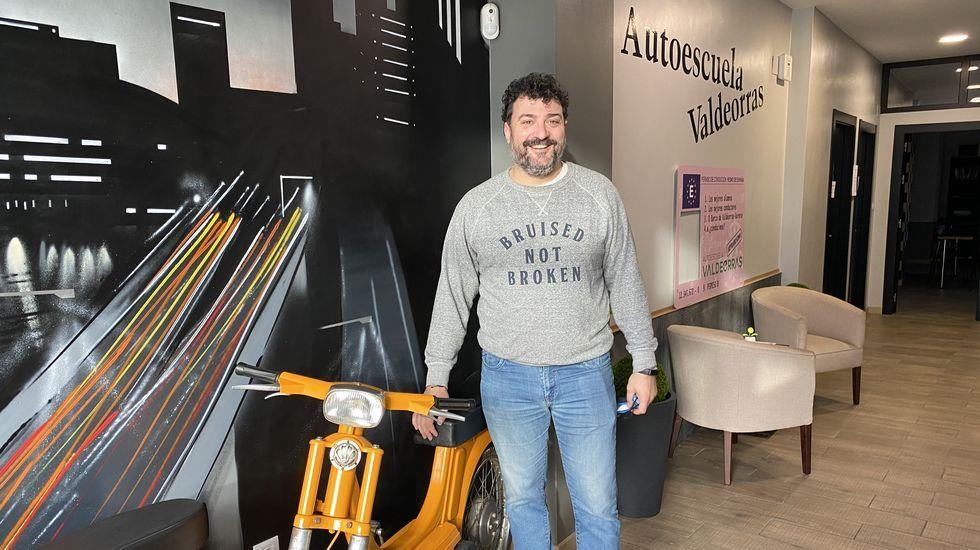 Jacobo Arias en su negocio, Autoescuela Valdeorras