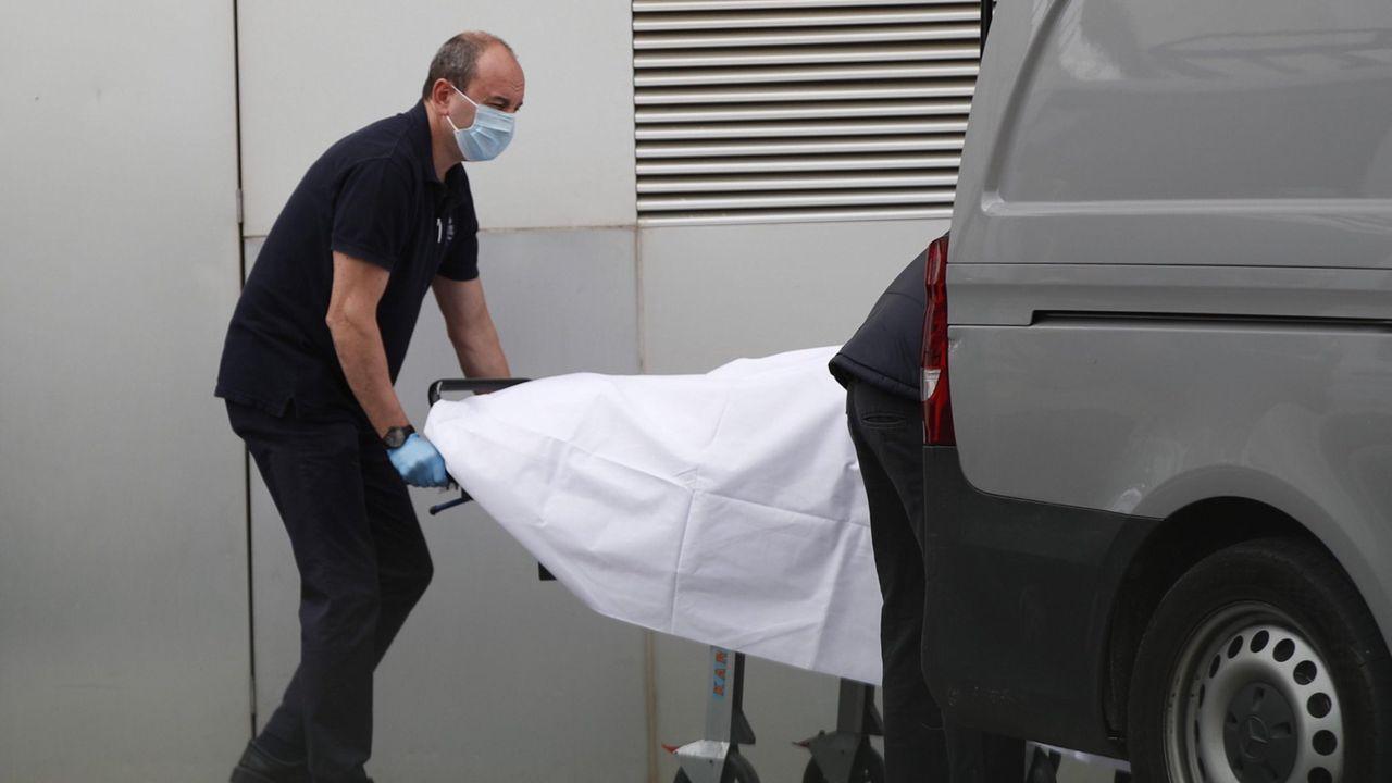 Científicos húngaros trabajan en la consecución de una vacuna contra el coronavirus.Miembros de los servicios funerarios recogen un cádaver del Hospital de Mataro