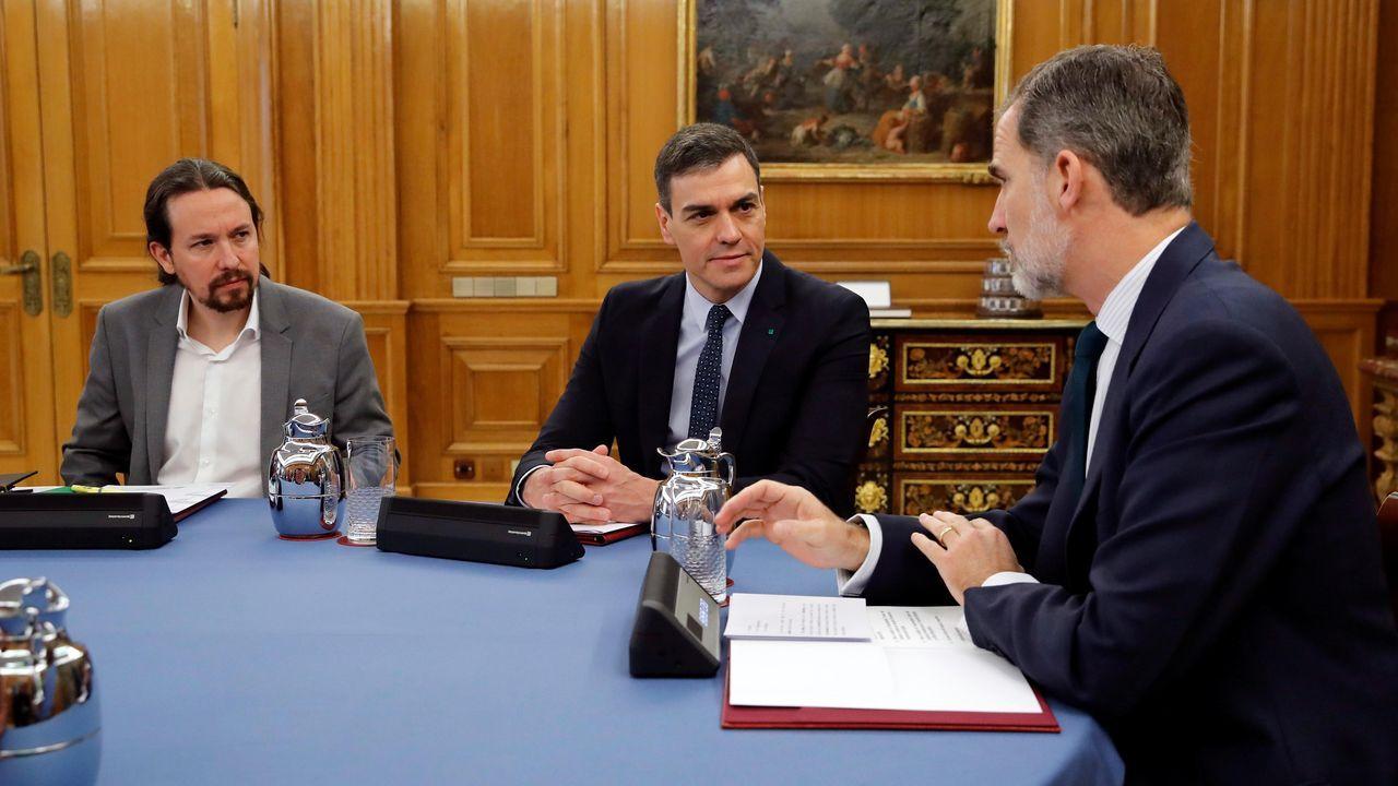 Felipe VI saluda al vicepresidente del Gobierno, Pablo Iglesias