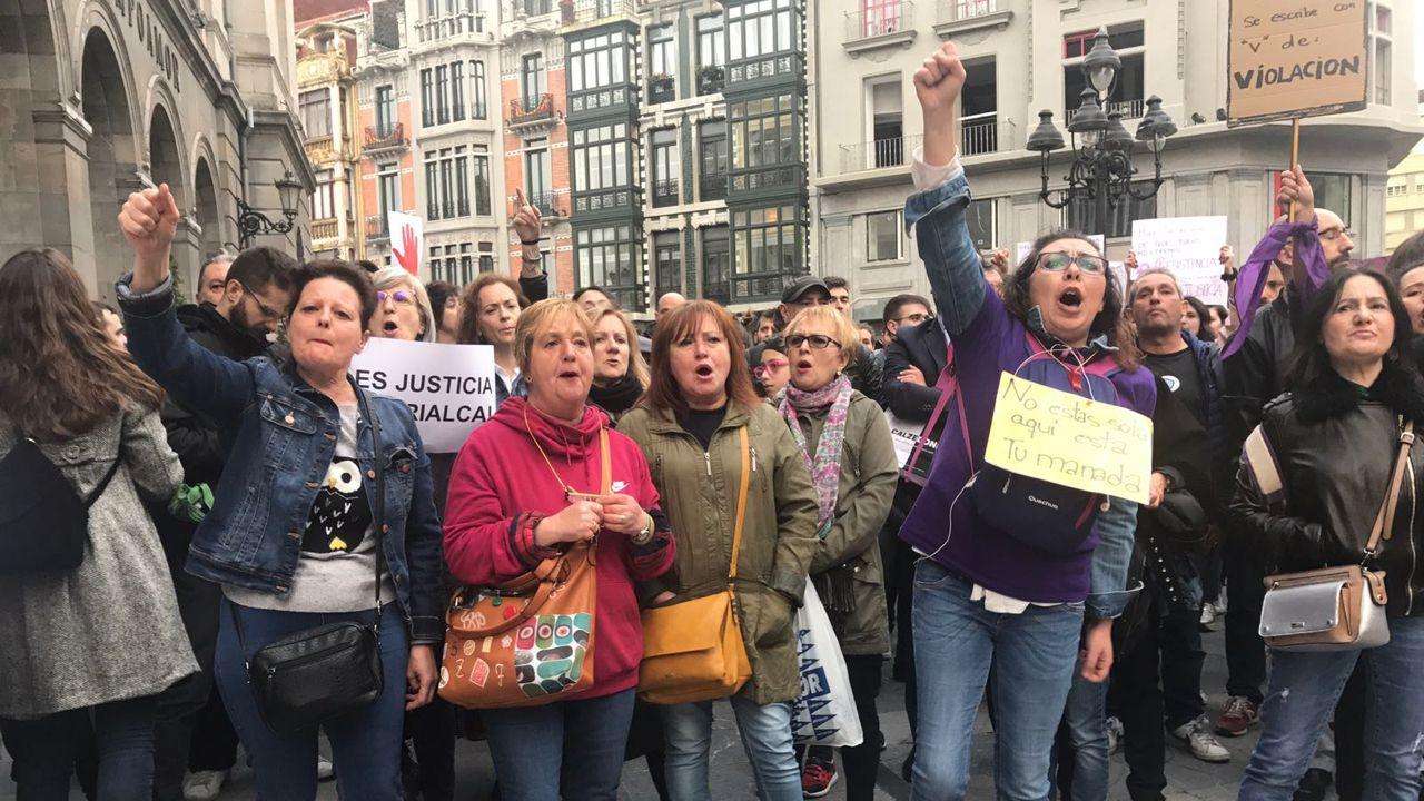 El «yo sí te creo» se corea en las calles.Protesta en la Praza da Quintana, en Santiago
