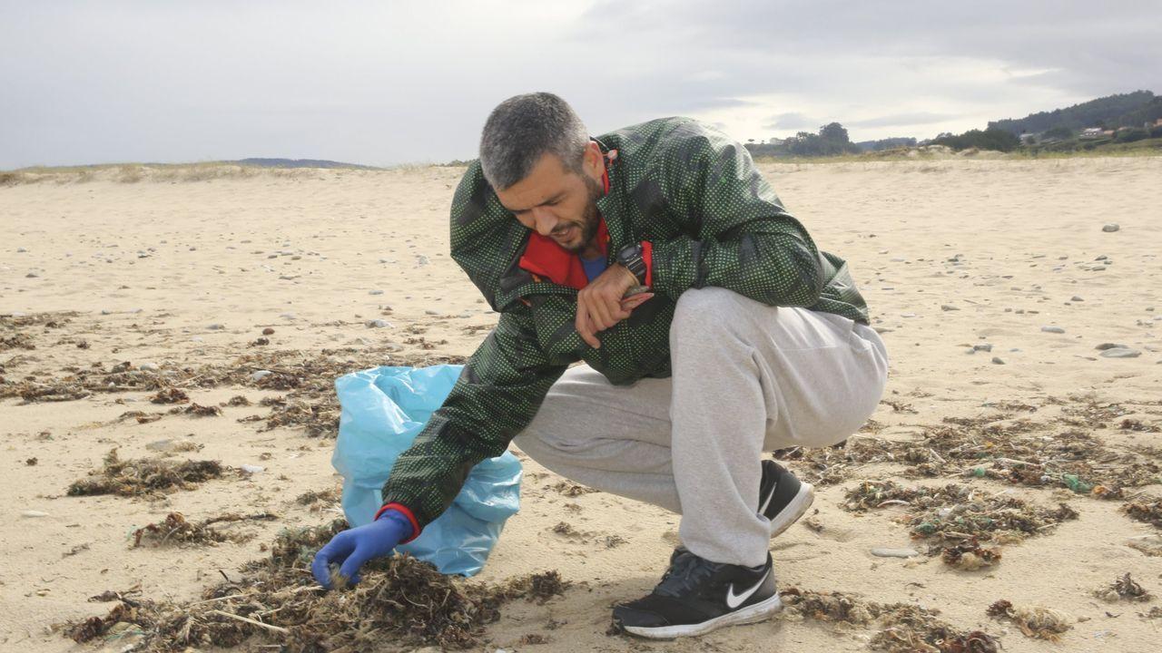 Los niños del colegio de Caión retiraron plásticos de la playa.Pues de sol en la playa Pedra do Sal (Baldaio, Carballo)