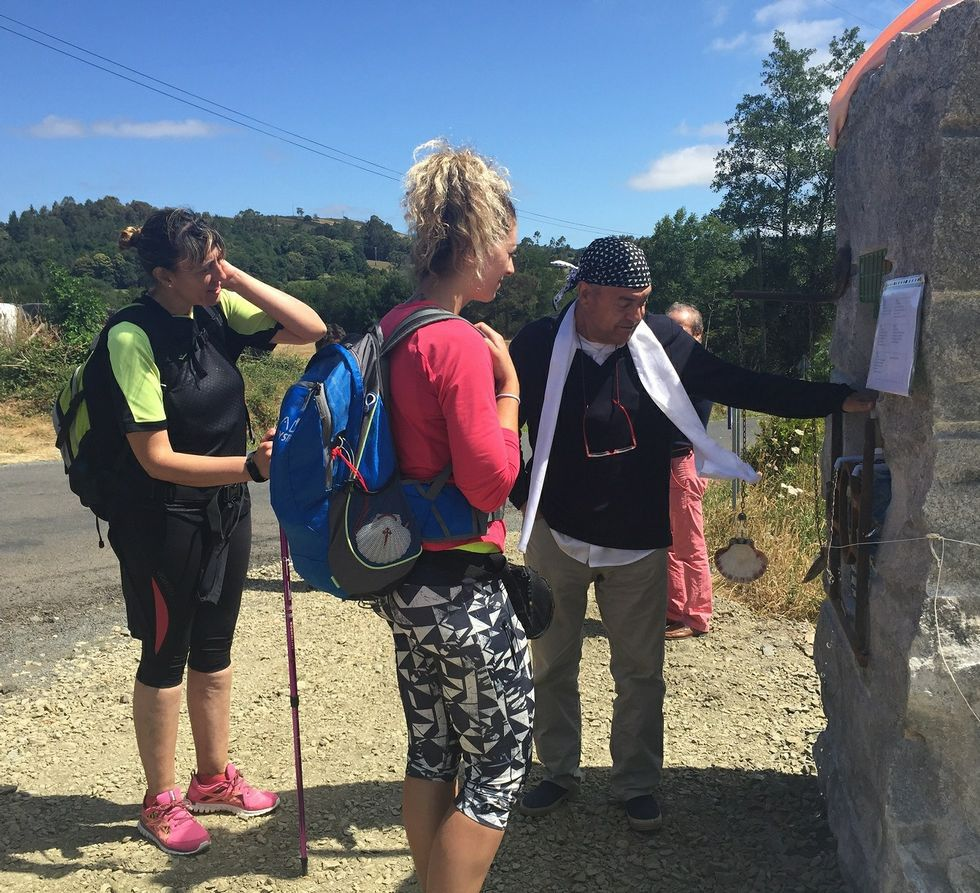 Los peregrinos se sirven agua embotellada en el Camino Primitivo.
