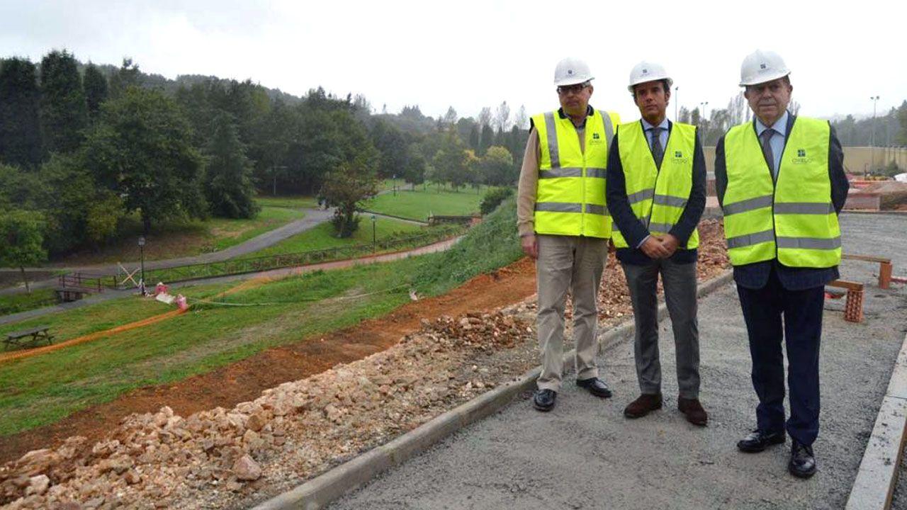 Una senda de 600 metros bien señalizada.El alcalde de Oviedo, Alfredo Canteli; el teniente de alcalde, Ignacio Cuesta; y el ingeniero municipal Ignacio Ruíz Latierro, en las obras de los accesos a las pistas de Alberto Suárez Laso (San Lázaro)