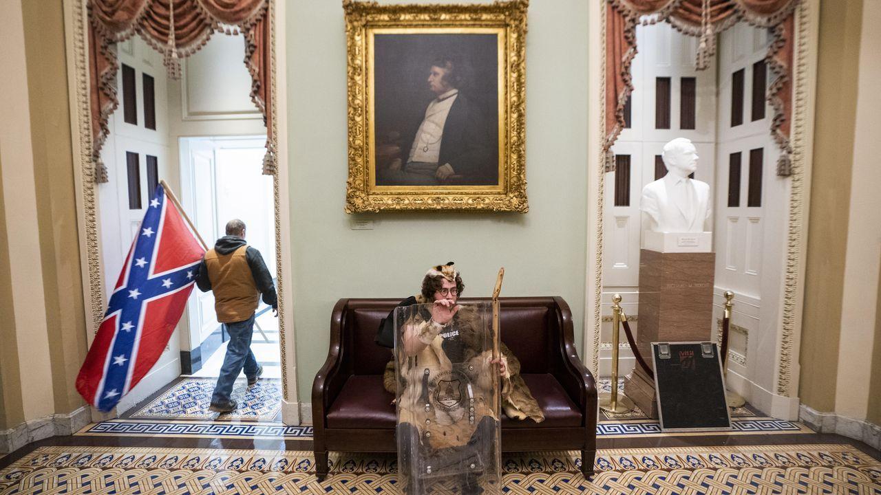 Seguidores de Trump dentro del edificio