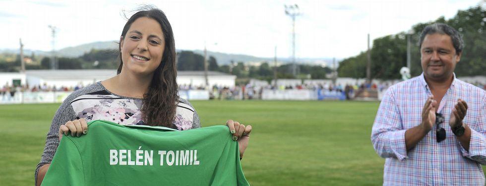 La atleta con una camiseta del Galicia de Mugardos que lleva su nombre grabado.