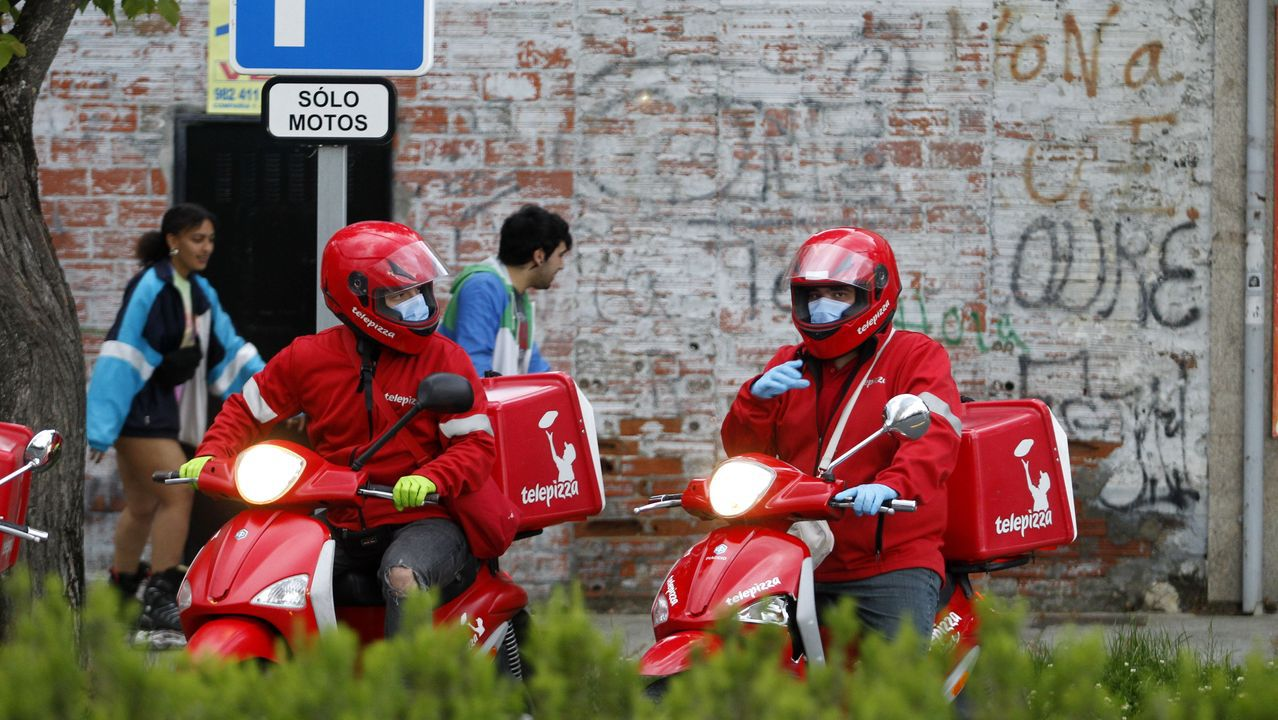Dos repartidores con mascarillas en Monforte