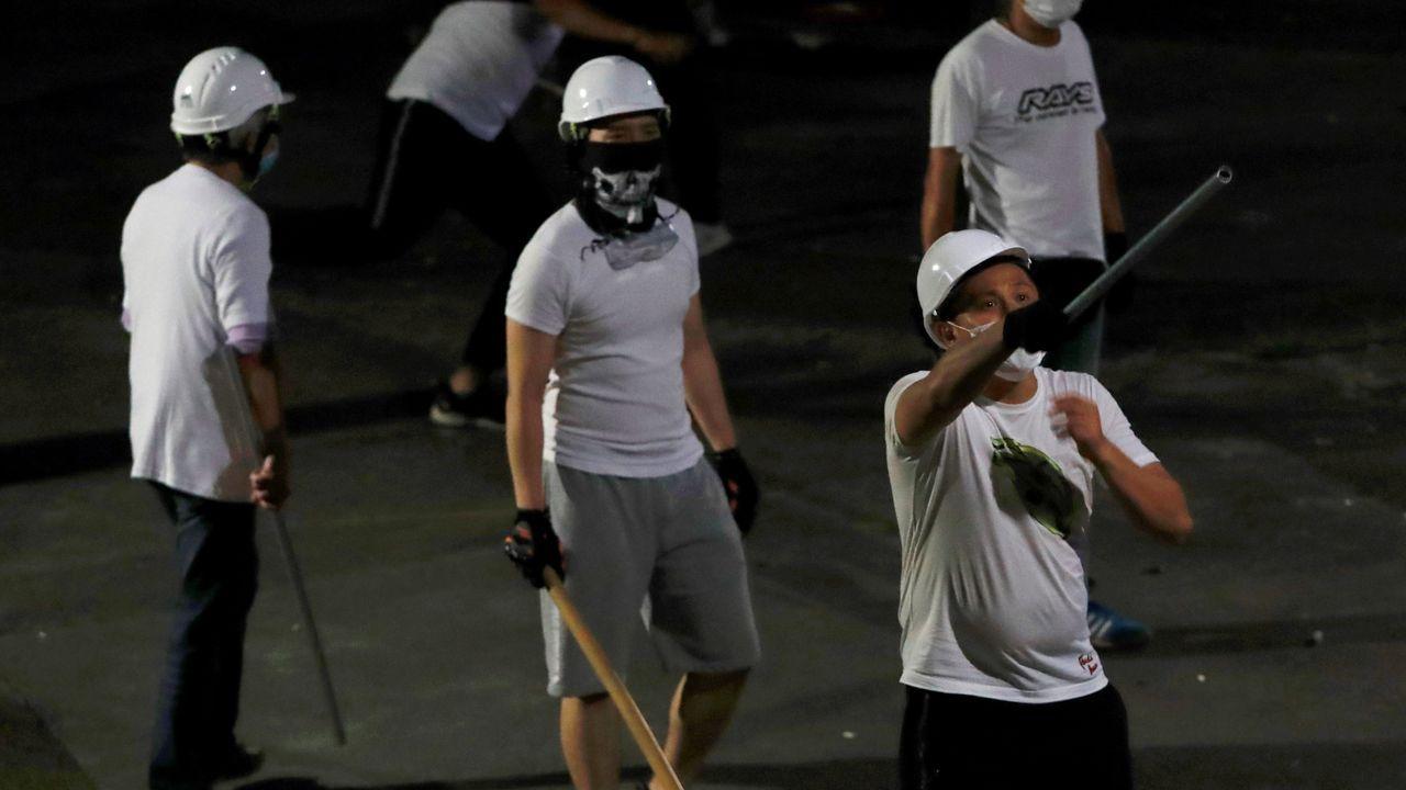 Si conduces, no grabes.Algunos de los hombres vestidos de blanco que causaron disturbios en el metro de Hong Kong este fin de semana