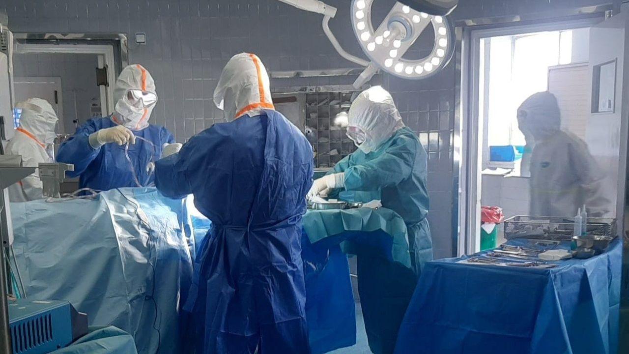Un equipo de neurocirugía operando a un paciente infectado con SARS-CoV-2