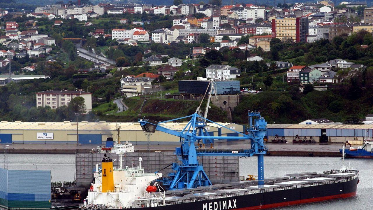 Hallan los cuerpos sin vida de dos hermanos que salieron a pescar en la costa de Ferrol.Vista del interior del túnel ferroviario al puerto exterior