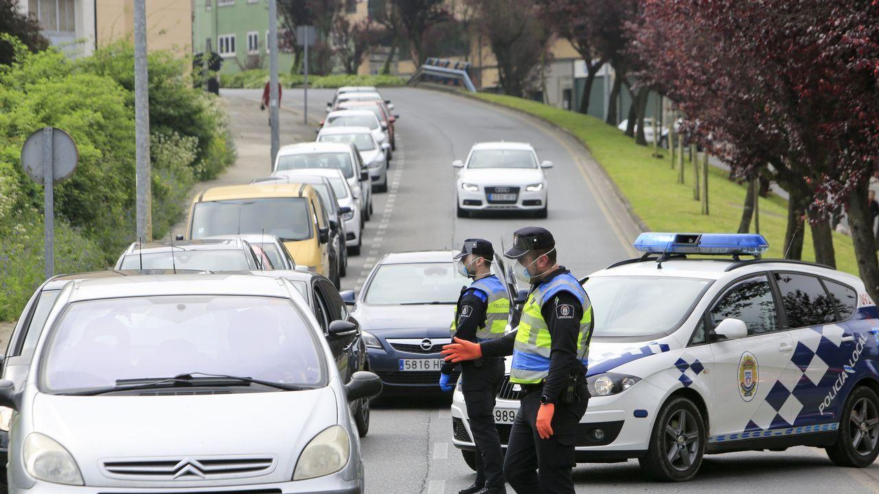 Policías locales de Lugo realizando un control en la Ronda do Carme