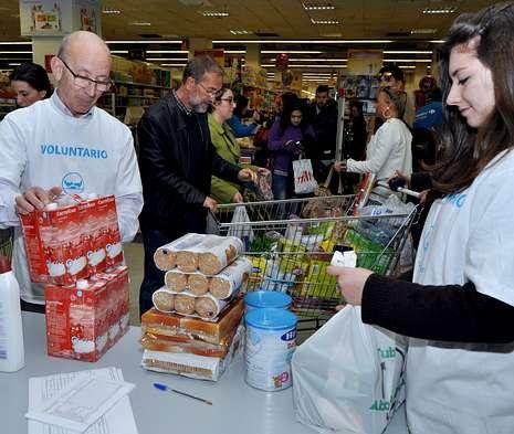 Más de 600 voluntarios trabajaron el viernes y el sábado en cien supermercados.
