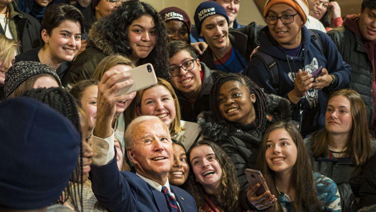 Biden se fotografía con unas estudiantes durante su campaña en Simpson College, el pasado enero