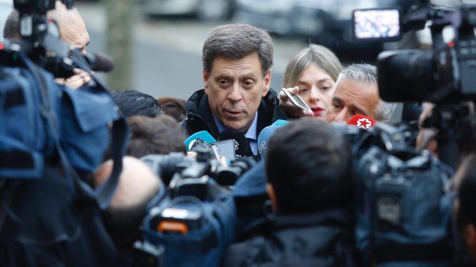 Primer día del juicio por la muerte de Diana Quer. Juan Carlos Quer, padre de la joven, atiende a los numerosos medios antes de entrar en la Audiencia