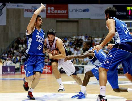 El base Pepe Pozas se abre paso entre la tupida defensa del Gipuzkoa Basket.
