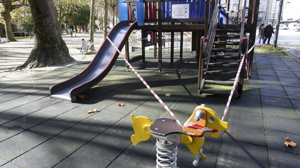 El gobierno local planea reabrir el sábado los parques, que ayer continuaban acordonados, como este en el Cantón