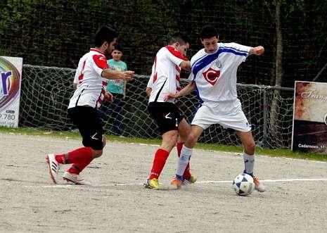 El Porto do Son (de blanco y azul) podría ser campeón esta jornada tras su última victoria.