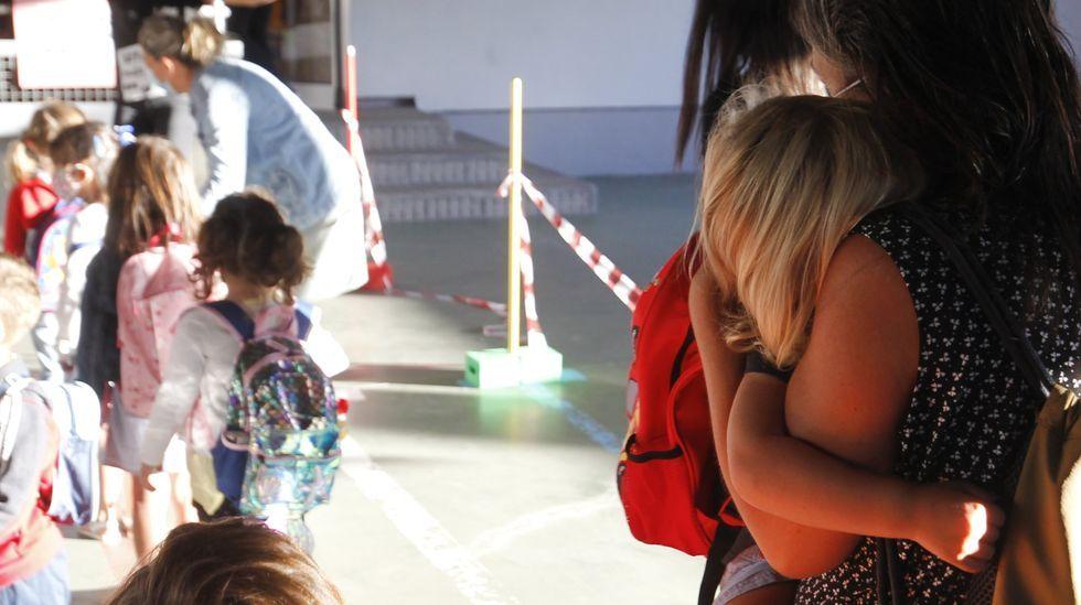 Nervios, mascarilla y distancia en la selectividad gallega.Imagen de archivo del primer día de curso en un colegio de Ferrol