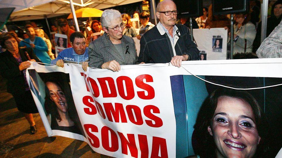 Alejandro Iglesias, padre de Sonia, al lado de su mujer, Carmen, ambos portando la pancarta con el rostro de su hija