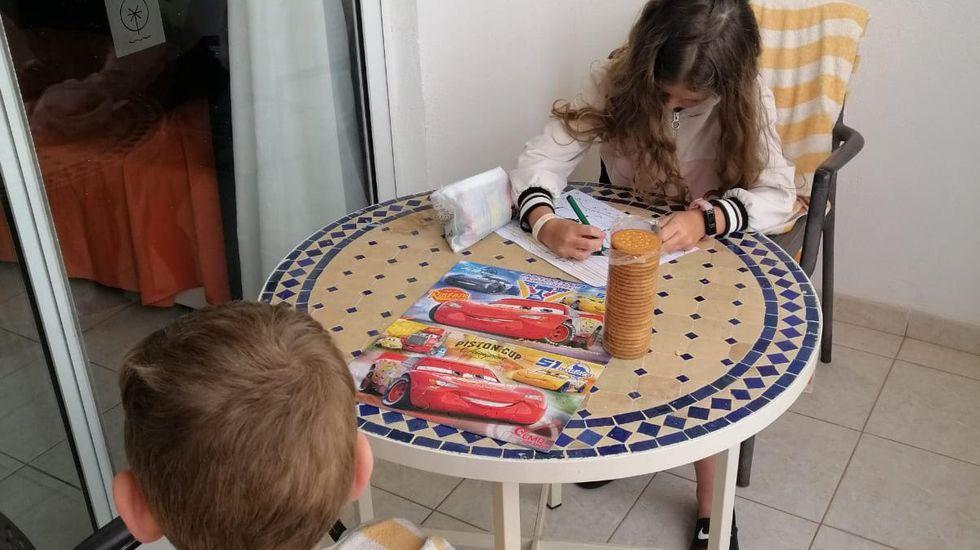 Roberto y Sandra se retrataron con sus hijos antes de subir a su casa en Vilaboa. Agotados por el confinamiento y el largo viaje desde Canarias, era la fotografía más deseada