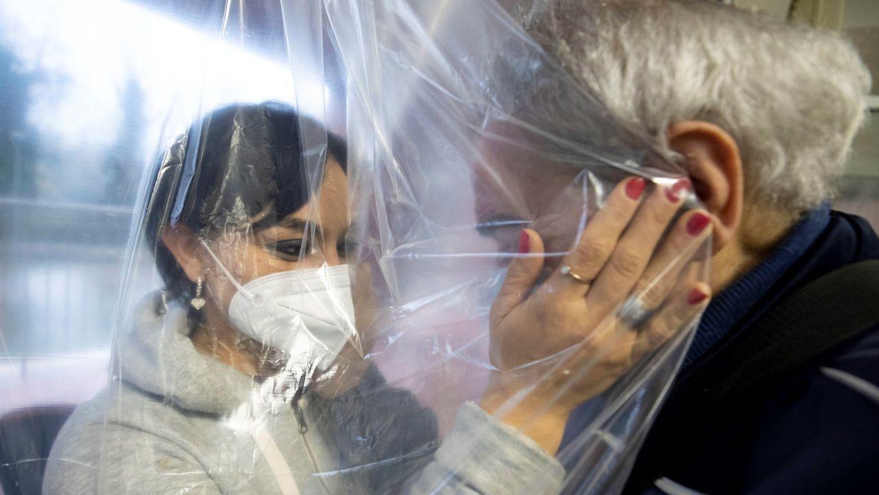 Una enfermera del Hospital San Pau de Barcelona prepara una vacuna de Pfizer