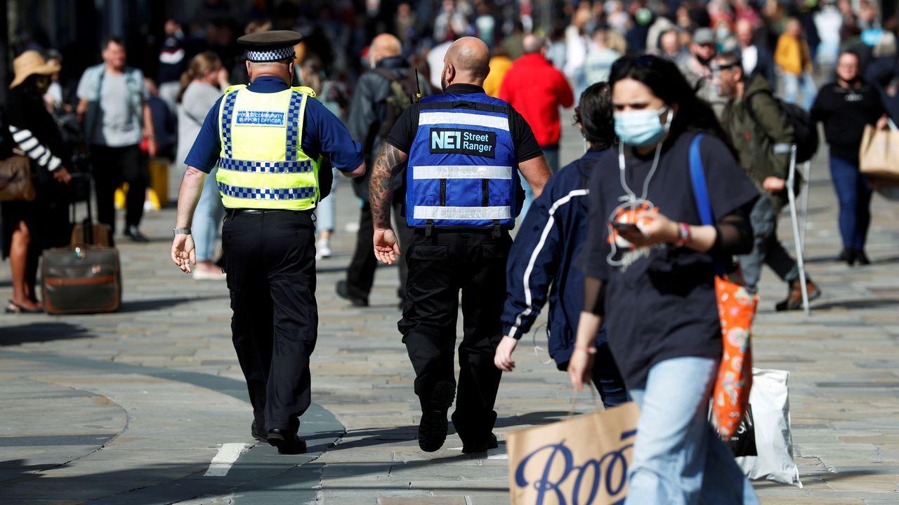 Cuerpos de seguridad patrullando las calles de Newcastle en Inglaterra