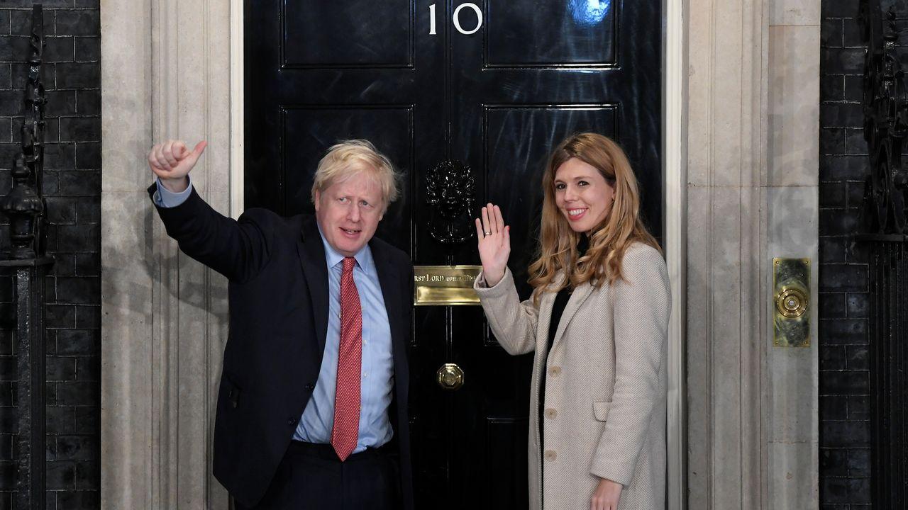 Esta es una de las imágenes del día. Boris Johnson llega al número 10 de Downing Street junto a su pareja tras su inapelable victoria en los comicios