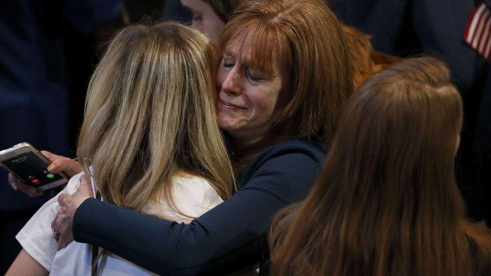 Los seguidores de Clinton lloran tras conocer los resultados.