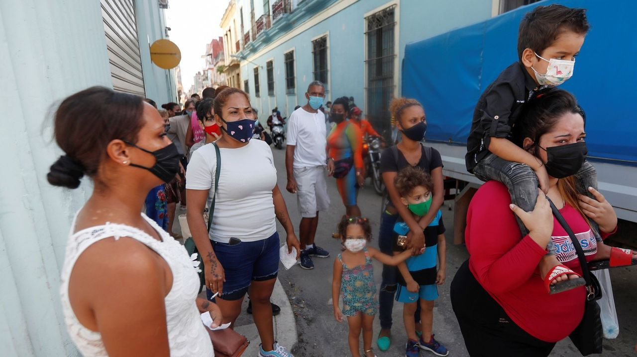 Los familiares de los detenidos se concentraron este martes ante las comisarías para exigir la liberación de los arrestados durante las protestas