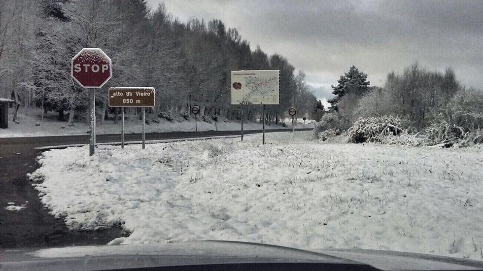 Segundo día de nevadas en Ourense.Nieve en el Alto do Vieiro, en la carretera de Ourense a Bande