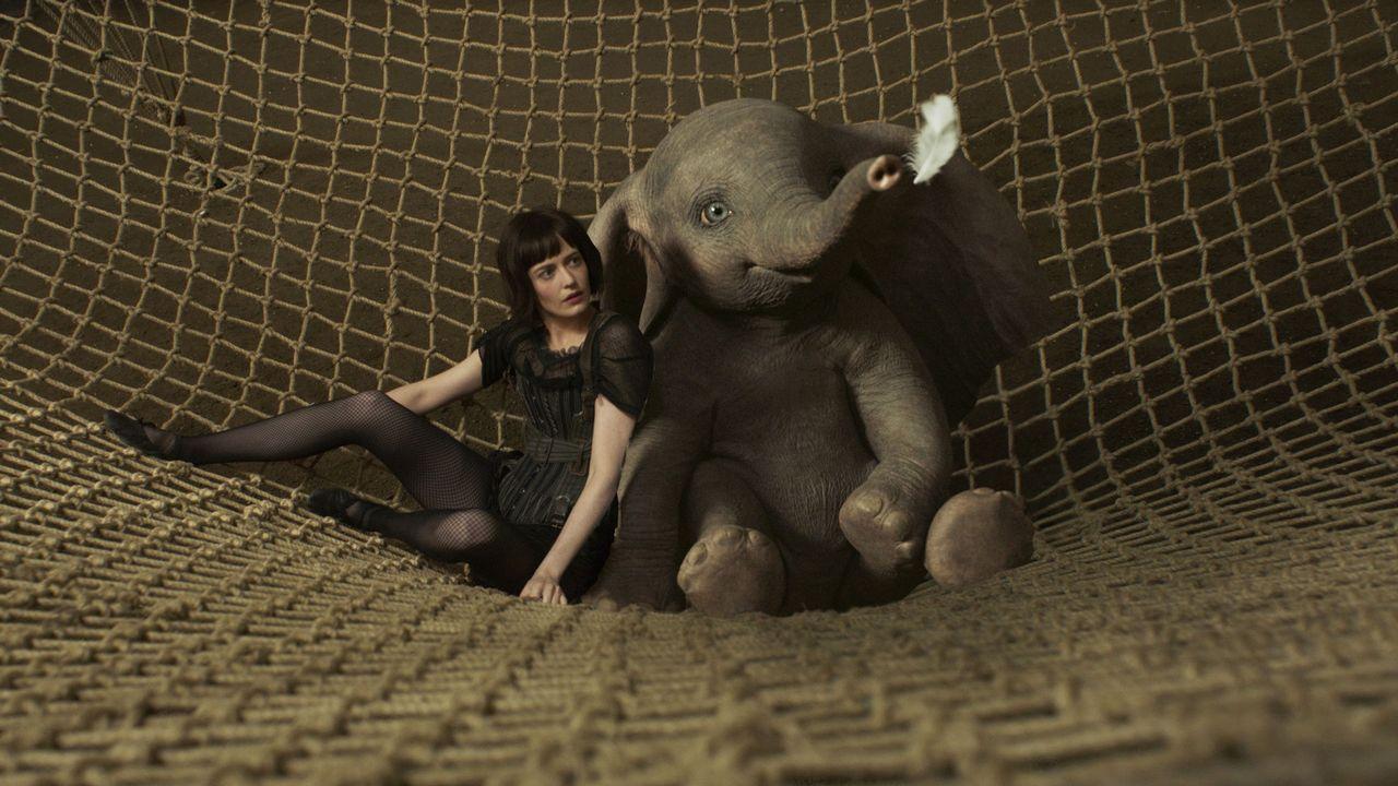 Fotograma de «Dumbo» en el que aparece la actriz Eva Green con el célebre elefante