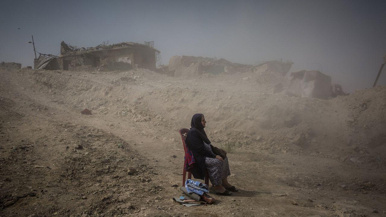 Fotografía cedida por la organización World Press Photo que muestra la imagen captada por el fotógrafo Ivor Prickett, ganador del primer premio de la categoría «General News - Stories». La foto muestra a Nadhira Aziz mientras observa a los trabajadores de la Defensa Civil iraquí sacando los cuerpos de su hermana y sobrina de su casa en la Ciudad Vieja, donde fueron asesinadas por un ataque aéreo en Mosul, Irak, el 16 de septiembre del 2017.