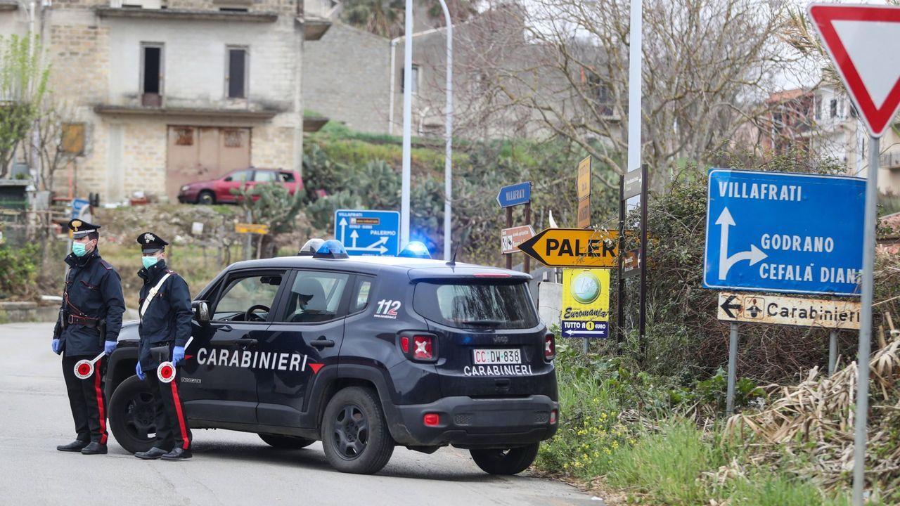 Donald Trump propone inyectar desinfectante y luz solar a pacientes con coronavirus.Control de seguridad en Villafrati, cerca de Palermo (Sicilia)