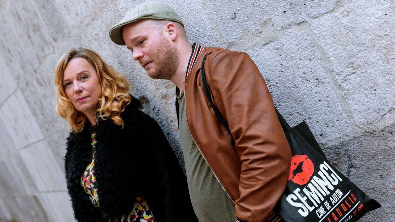 Suelta de un salmón en el río Esva.El director de cine islandés Grímur Hákonarson y la actriz  Arndis Egilsdottir, que presentaron la película «Héradid»