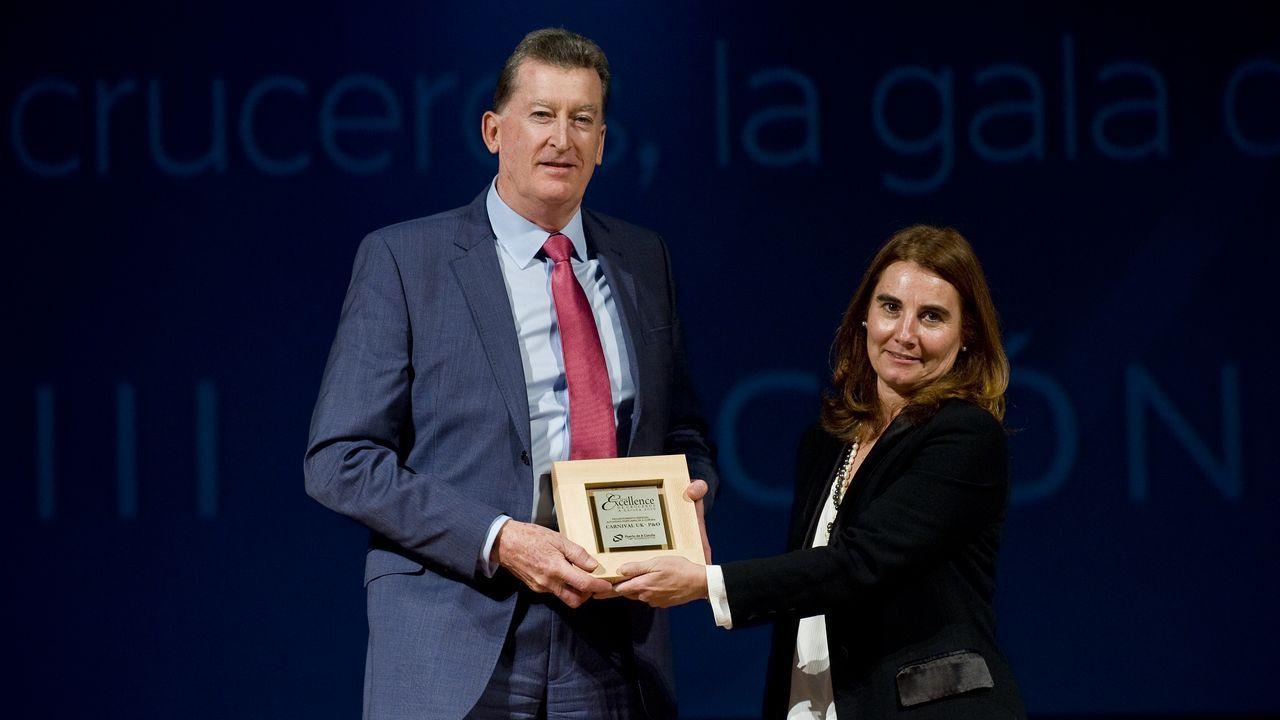 Samanta García-Carro entrega una placa a Seteven Young, vicepresidente de operaciones portuarias de Carnival UK